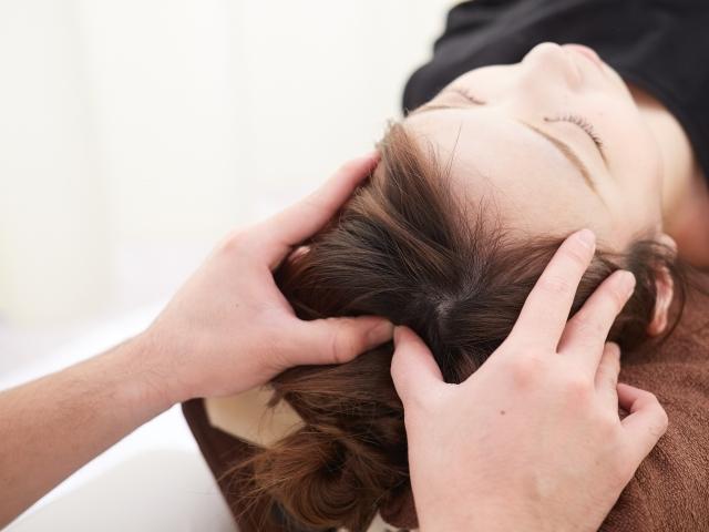 全身の歪みや頭蓋骨の調整をして改善する施術です