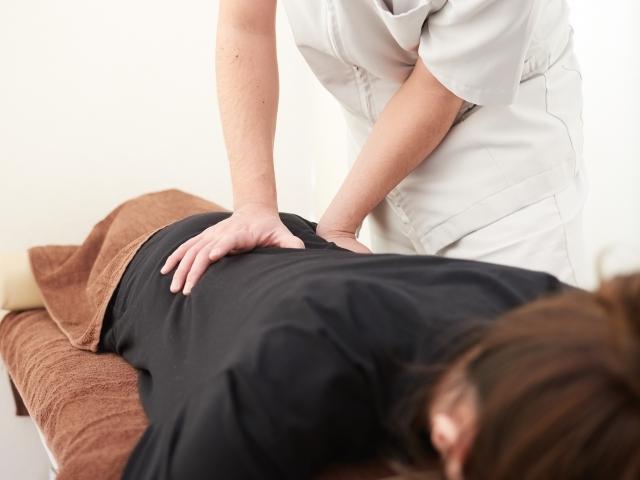 優しく背骨を揺らす施術で全身のバランスを整えて改善します